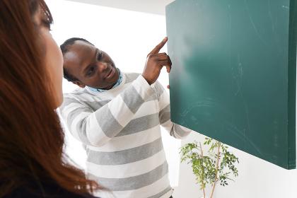 ネイティブの教師から授業を受ける女性