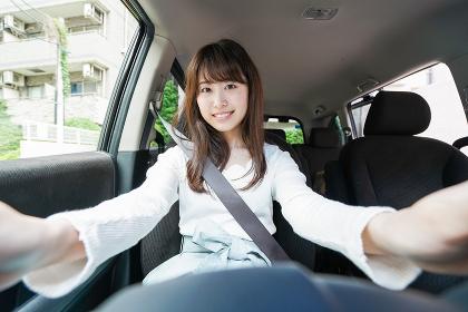 ドライブをする女性