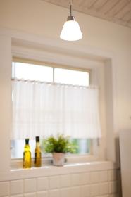 キッチンの出窓に置かれた観葉植物