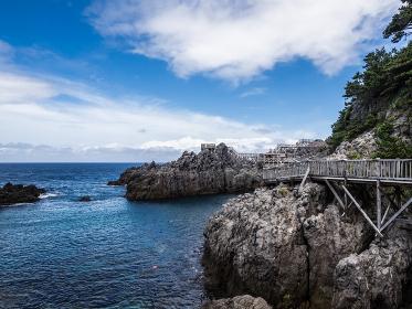 真夏の神津島 青空とマリンブルーの海が見える赤崎遊歩道からの眺め