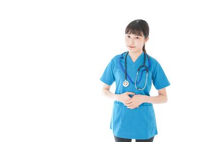 笑顔の若い女性看護師