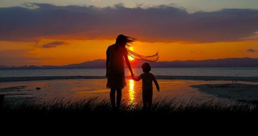湖畔の母子