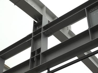 駅ホームの採光天井と鉄骨