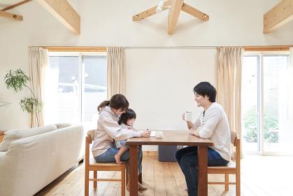 一軒家のリビングで寛ぐアジア人の家族
