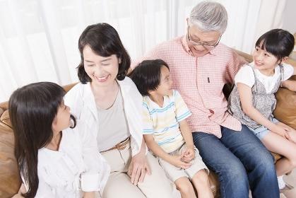 笑顔の祖父母と孫たち