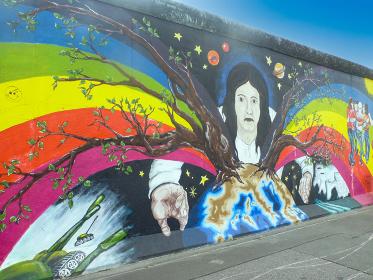 ドイツ・ベルリンの壁を保存し展示するイーストサイドギャラリーにて虹の壁画