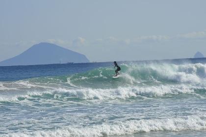 伊豆諸島を遠景にサーフィン