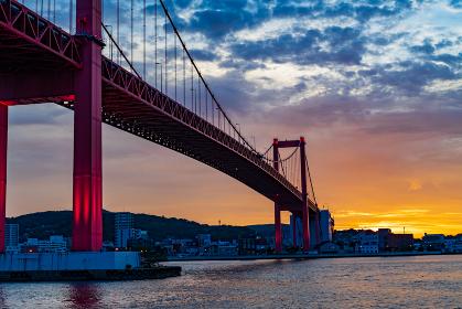 夕焼けに照らされる美しい赤い吊り橋