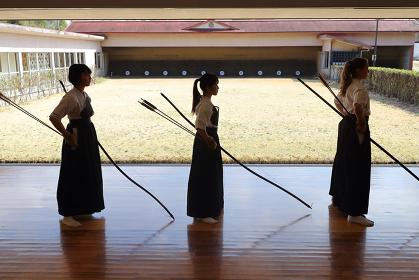 弓道をする女性