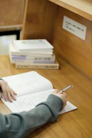 図書館で勉強をする中学生の手元