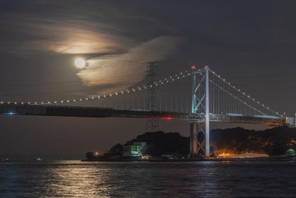 関門海峡と関門橋の美しい夜の眺め