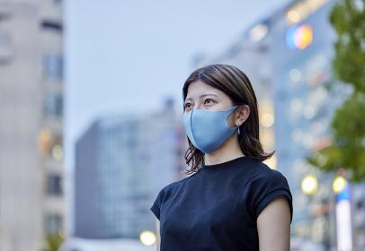 屋外でマスクをつけた若い女性のポートレート
