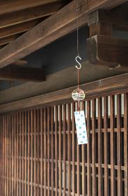 日本家屋の軒先に吊るされた風鈴。夏のイメージ。
