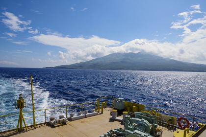 太平洋を進む客船からみる三宅島