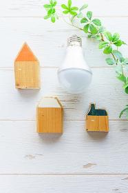 LED電球と木でできたミニチュアの家