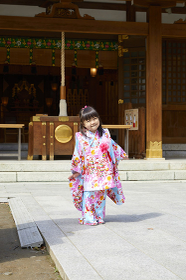 笑顔の七五三の日本人の女の子