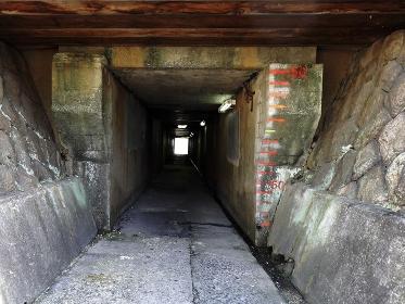 線路をくぐる狭くて低い横断通路