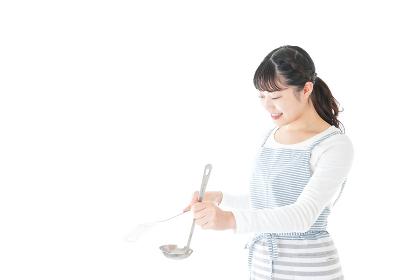 クッキングをする若い女性
