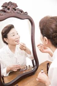 化粧をするシニア女性