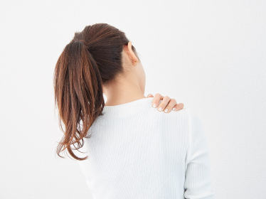 肩こりに悩むアジア人女性