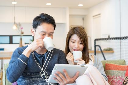 タブレットPCで調べ物をするカップル