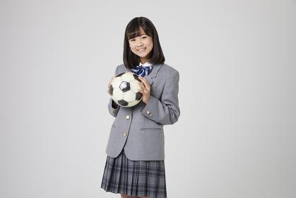 サッカーボールを持つ女子中学生