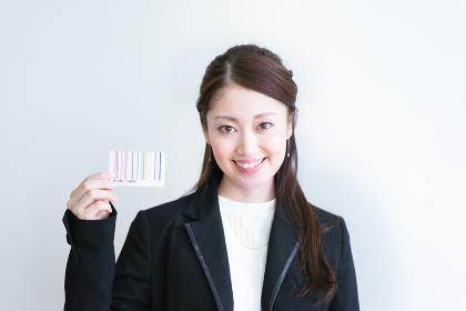 ポイントカードを手に持つ女性