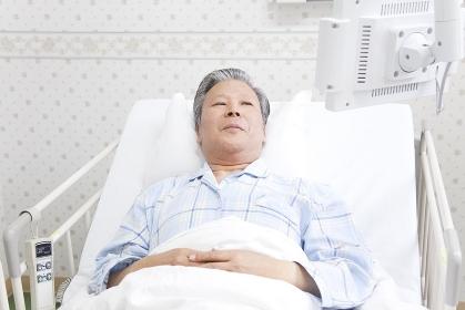 テレビを見る入院患者