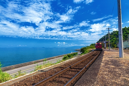 愛媛県・夏の下灘駅の風景