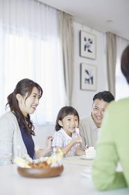 ケーキを食べる孫と家族