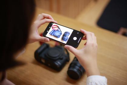一眼レフカメラを撮影する女性