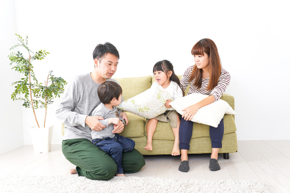 家で遊ぶ家族
