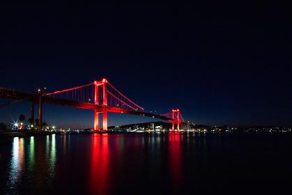 真っ赤にライトアップされた若戸大橋の夜景