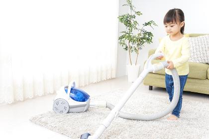 部屋を掃除する子供