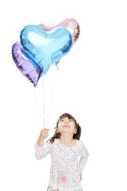 ハートの風船を持つ女の子