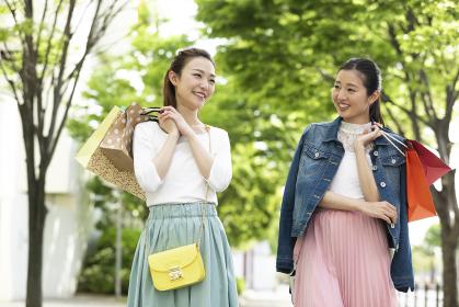 ショッピングを楽しむ女性2人