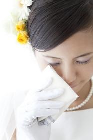 涙を拭く花嫁