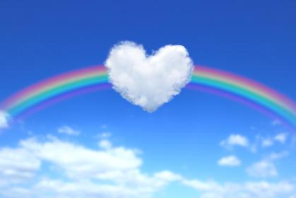 ハート型の雲と虹のかかった青空 1