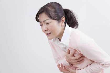 胸が痛むミドル女性