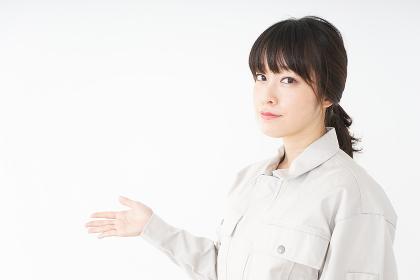 工場で働く作業服姿の女性