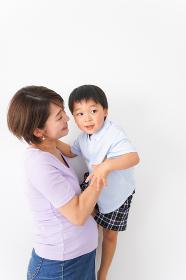 子どもを抱っこするお母さん