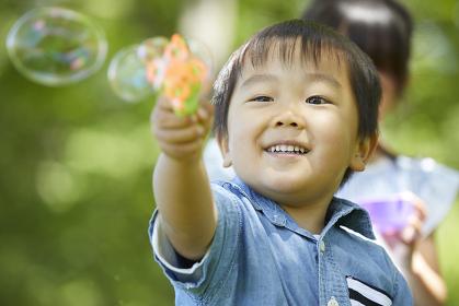 シャボン玉で遊ぶ日本人の男の子