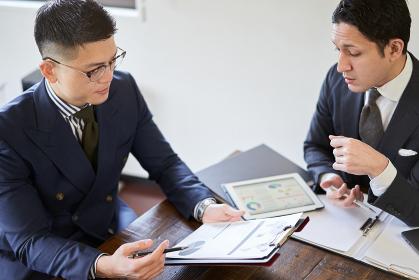 打ち合わせをするアジア人とラテン人のビジネスパーソン