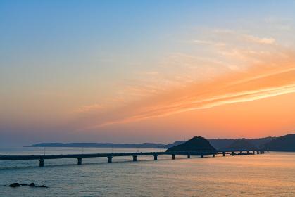 オレンジ色の美しい夕焼に包まれる角島大橋