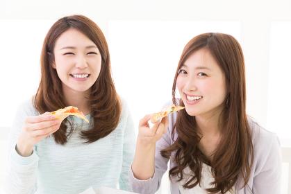 ピザを食べる二人の女性