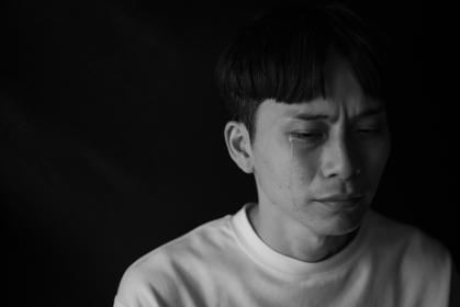 涙を流す男性