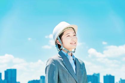 ヘルメット姿のビジネスウーマン