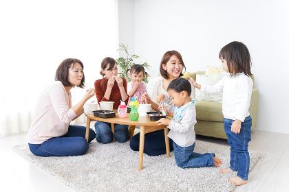 ランチパーティーをするママ友と子供