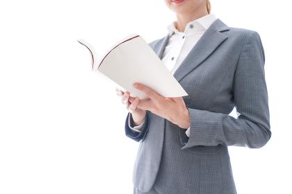 読書をするスーツを着たビジネスウーマン