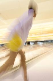 ボウリングをする女性